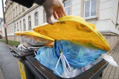 In mehreren Chemnitzer Stadtteilen vornehmlich am Stadtrand quellen die gelben Tonnen über, seit sie nur noch alle vier Wochen und nicht mehr 14-täglich geleert werden. Betroffene und Stadträte fordern die Rückkehr zum alten Rhythmus. Der Entsorgungsbetrieb sieht dafür keine Möglichkeit.