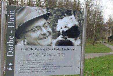 Seit 2016 heißt die Dammsteinsenke in Reichenbach Dathe-Hain. Damit wird des unvergessenen Ehrenbürgers der Stadt gedacht.