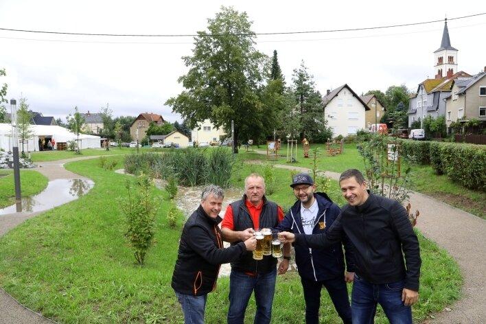 Jan Weise, Jens Rudolph, Bürgermeister Daniel Röthig und Ortsvorsteher Björn Wetzel gönnen sich zur Eröffnung ein kühles Blondes.