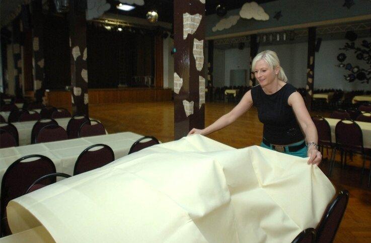 """<p class=""""artikelinhalt"""">Mareike Seifert bereitet den Bürgerhaus-Saal auf den Tanzstunden-Abschlussball am Samstag vor. Dazu werden 370 Gäste und Schüler erwartet. Doch nur selten wurden hier in jüngster Zeit solche Besucherzahlen erreicht. </p>"""