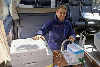 Eddie Zergiebel, Sohn des Firmenchefs, hatte die Idee für den Testbus. Zum ersten Mal musste der 30-Jährige einen Drucker im Bus installieren.
