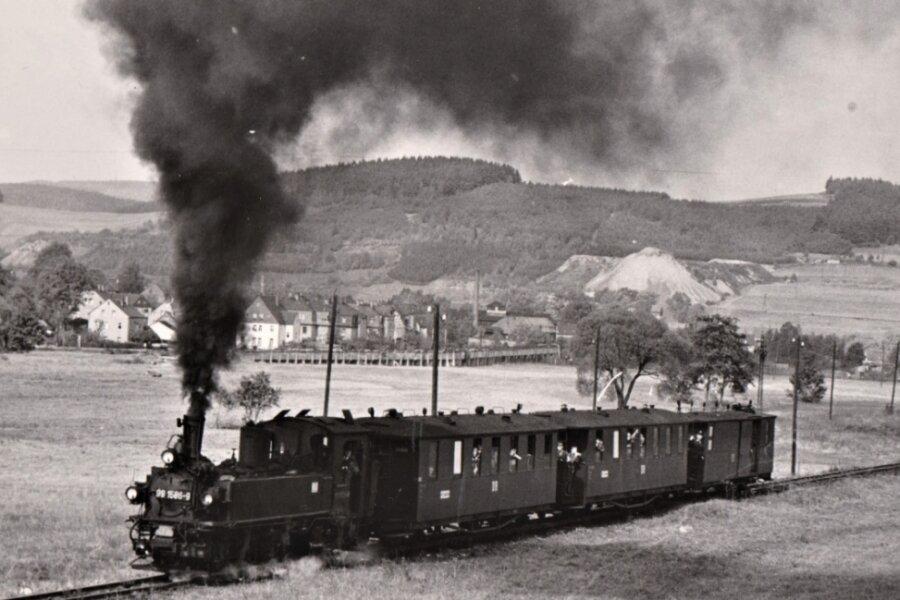 """""""Pöhler Bussel"""" unter Dampf: Eine der letzten Fahrten vom Bahnhof Grünstädtel aus nach Oberrittersgrün, hier auf dem Streckenabschnitt an der Wiese nahe der Raschauer Siedlung."""