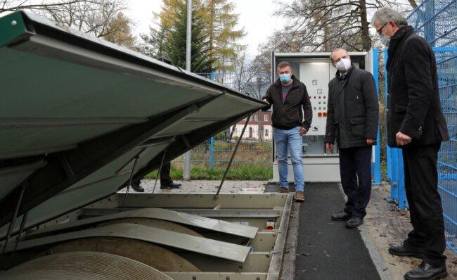 ZWW-Geschäftsführer Frank Kippig (M.) mit Norman Lorenz (l.), Geschäftsführer von Lorenz Bau, und Bürgermeister Ralf Fischer an der Kläranlage, deren Kapazität für Abwässer von 110 Einwohnern ausgelegt ist.