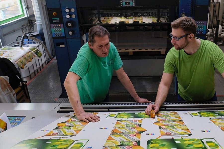 Auch beim Druck von Wernesgrüner-Gebinden ist Präzision und hohe Wiedergabequalität gefragt. Thomas Schwarzer (links) und Thomas Kluger an einer im Vorjahr in den Kartonagen neu installierten Offsetdruckmaschine.