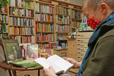 Ein Buch vor dem Kauf wie hier in der Concordia-Buchhandlung in den Händen zu halten und durchzublättern, ist für viele Leseratten wichtig.