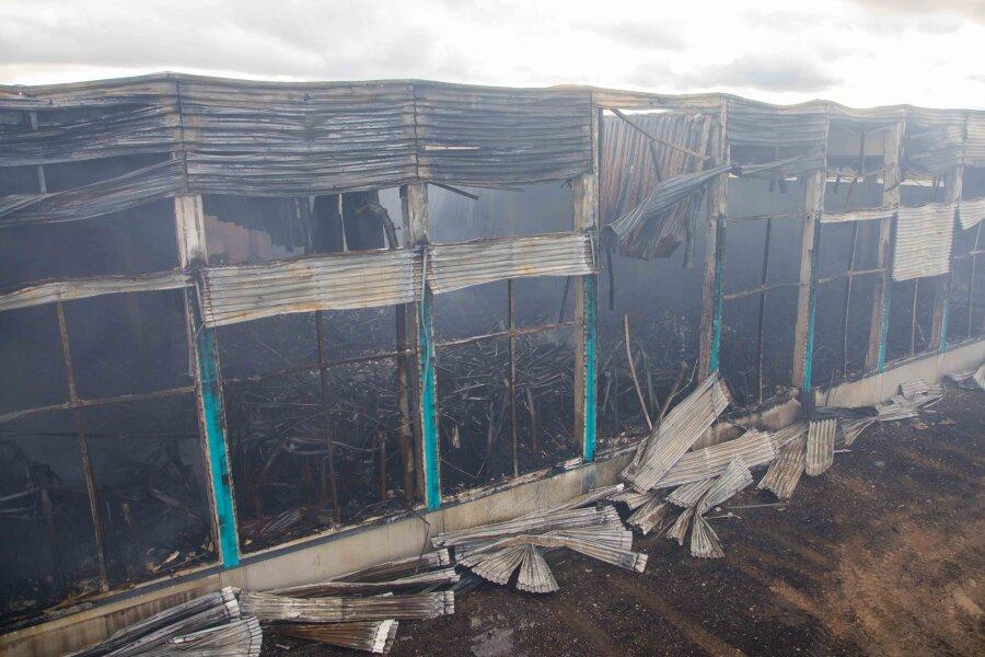Nach Großbrand: Feuerwehr muss immer wieder Glutnester löschen