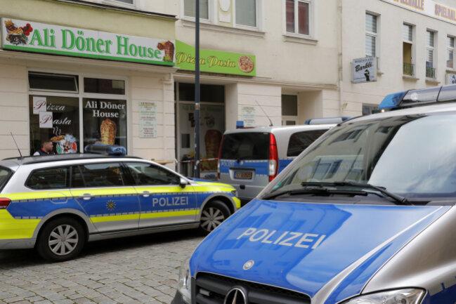 Polizeieinsatz auf der Hechinger Straße in Limbach-Oberfrohna: In einem Döner-Imbiss war es am Freitagnachmittag zu einer gewalttätigen Auseinandersetzung zwischen mehreren Personen gekommen. Zu den konkreten Hintergründe wird noch ermittelt.