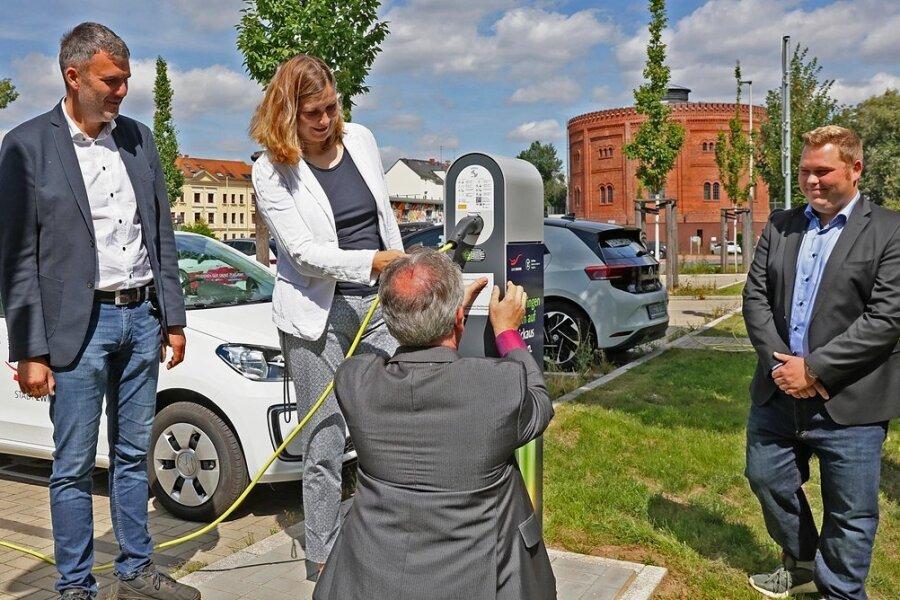 WHZ-Professor Mirko Bodach, OB Constance Arndt und WHZ-Mitarbeiter Kevin Steiner(v. l.) stöpseln ein E-Auto der Stadtverwaltung an.