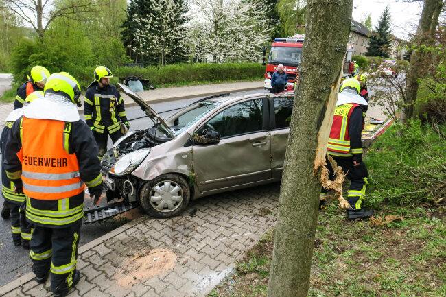 Ein Auto stürzt am Dienstag einen Hang in Schneeberg hinunter und prallt gegen einen Baum.