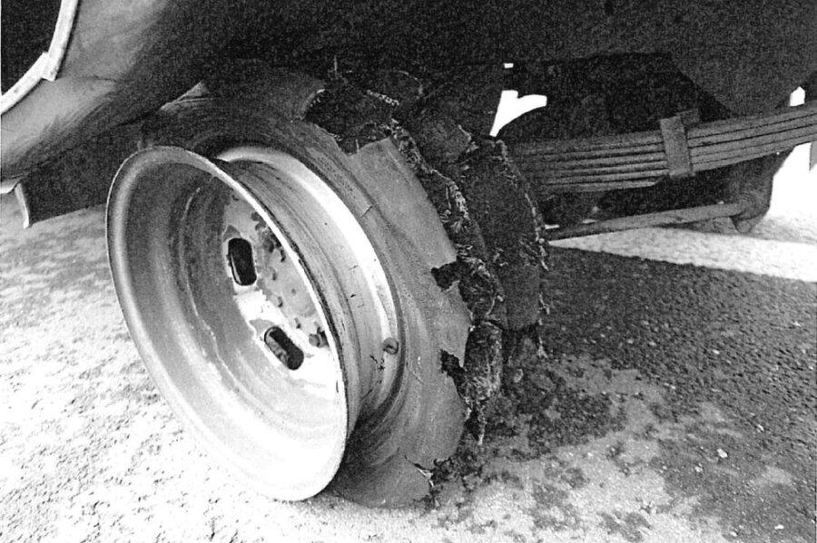 Nach dem Unfall war von einem Rad des Transporters nur noch die Felge übrig.