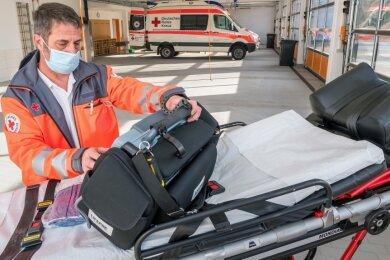 Da am Montagmittag die Transport- und Rettungsfahrzeuge im Einsatz waren, hatte Wachenleiter Peter Schellenberger viel Platz bei der routinemäßigen Überprüfung der Ausrüstung eines Reservefahrzeuges.