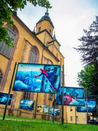Dank Unterstützung der Kirchgemeinde können die Perspektiva-Fotos rings um die Stadtkirche stehen.