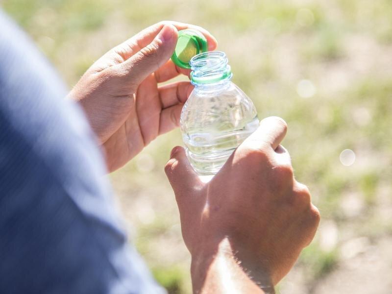 Gerade wenn im Sommer der Schweiß rinnt, sollte man über den Tag verteilt genug trinken.