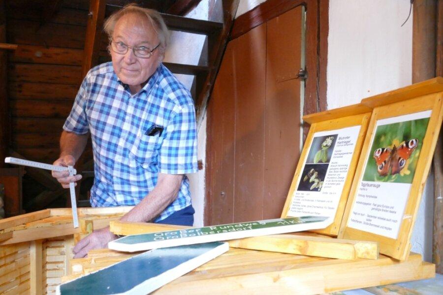Der scheidende Großolbersdorfer Wanderwegewart Dietmar Milke in der Werkstatt im Sättlerhaus.