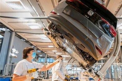 In der Gläsernen Manufaktur in Dresden wird einem ID.3 der Unterboden montiert.
