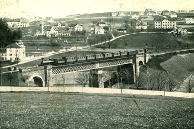 Die historische Brücke, im Hintergrund der ehemalige Stadtteil Grund in Weipert. Die Häuser wurden nach dem Krieg von den tschechischen Behörden abgerissen.