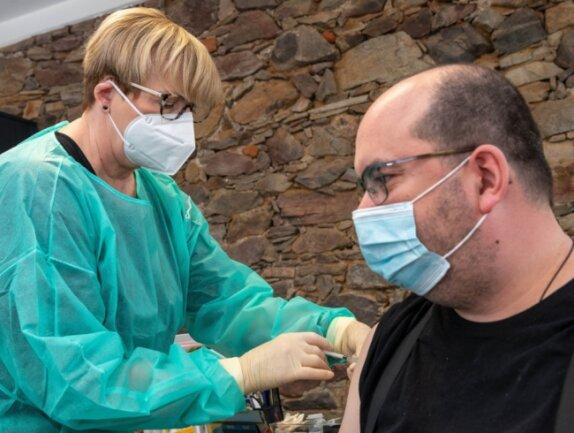 Hagen Kunze, Lehrer an der evangelischen Oberschule Lunzenau, zählte zu den Pädagogen, die von der Lunzenauer Ärztin Ingrid Dänschel zum Schutz vor Covid-19 geimpft wurden.