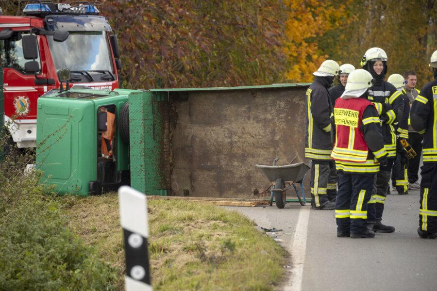 Multicar kippt bei Zwönitz um: Fahrer schwer verletzt