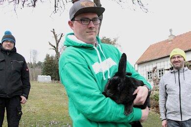 Kaninchen Ingrid ist in sicheren Händen: Kenneth Schaarschmidt (vorn), seine Brüder Norman (links) und Fabrice (nicht im Bild) sowie Stefan Weiner haben das Langohr vom Kleintierzüchterverein Jahnsbach ersteigert - und zwar auf ausdrücklichen Wunsch lebendig statt pfannenfertig.