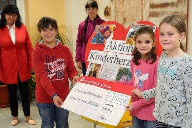 Jonas, Leonie und Anna sind stolz: Ihre Grundschule hat sich für den kleinen Ulli stark gemacht. Im Hintergrund Ullis Mutter Silke und Christine Matko von der Aktion Kinderherzen.