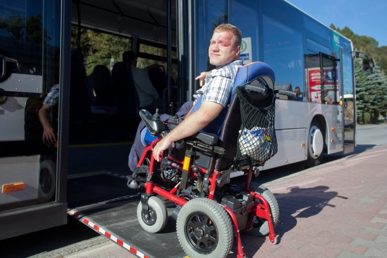 """<p class=""""artikelinhalt"""">Chris Jahn demonstriert am Grenzübergang in Johanngeorgenstadt, wie er über eine schiefe Ebene ohne fremde Hilfe in den Linienbus kommt. Allerdings muss der Busfahrer die Rampe zuvor per Hand ausklappen. </p>"""