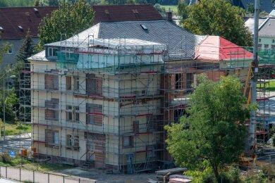 Das umfangreichste Projekt der Stadt Rochlitz: An der Poststraße wird die frühere Asylunterkunft zu einem Hort mit rund 100 Plätzen umgebaut. Gesamtkosten: rund drei Millionen Euro. Wenn der Bau im kommenden Jahr fertig ist, steht schon ein weiteres Großprojekt auf der Agenda. Das ehemalige Arbeitsamt soll ab 2022 zu einer Grundschule ausgebaut werden. Auch hier rechnet die Kommune mit Kosten in Höhe von drei Millionen Euro.