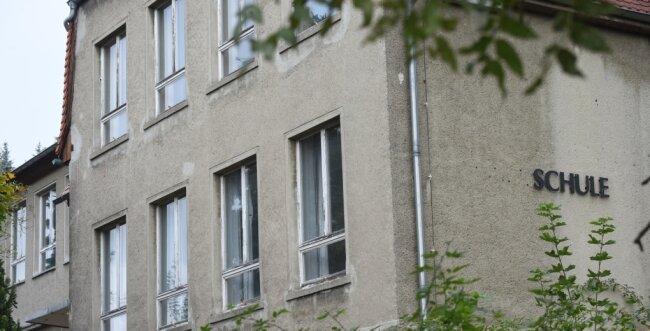 Einst geschlossen, nun wieder als Bildungsstandort im Gespräch: die ehemalige Grundschule Wolkenburg in Limbach Oberfrohna. Bislang ungeklärte Fragen zu Trägerschaft und Finanzierung stehen aber gegenwärtig einer erneuten Inbetriebnahme im Weg.