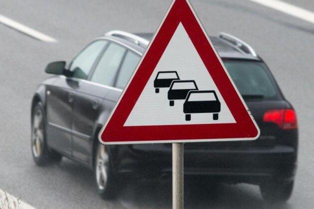 Renault kollidiert mit Traktor: Straße fünf Stunden gesperrt