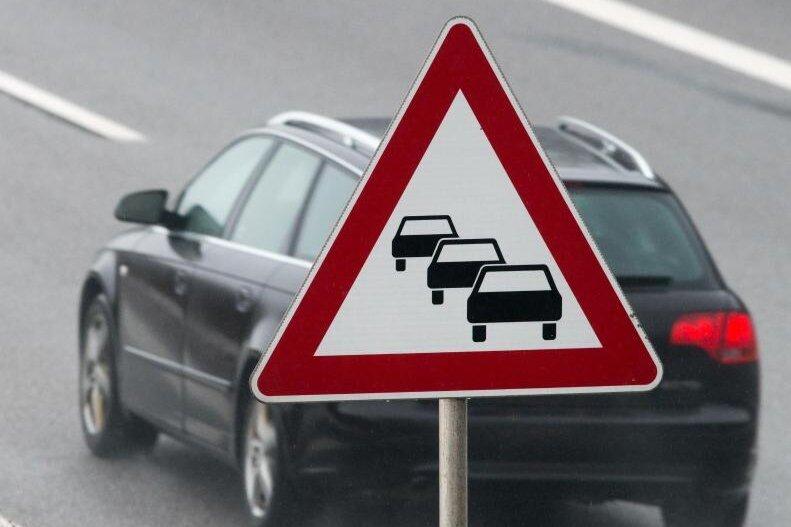 Ob mit dem Auto oder öffentlichen Verkehrsmitteln - im vergangenen Jahr verließen 83.000 Menschen auf dem Weg zur Arbeit den Landkreis Zwickau.
