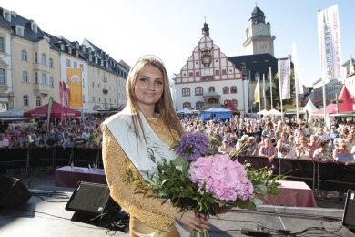 Spitzenprinzessin Barbara Riss 2017 nach ihrer Wahl auf dem Plauener Altmarkt.