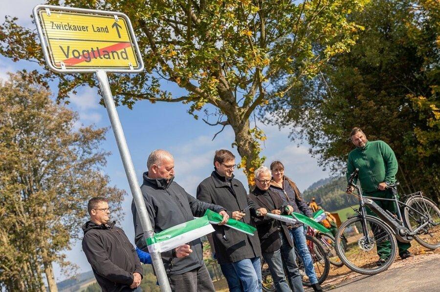 Der neue Radweg zwischen Rothenkirchen und Bärenwalde ist am Freitag offiziell freigegeben worden. Die Gemeinde Steinberg hat an der Kreisgrenze ein inoffizielles Ortsein-und Ausgangsschild montiert.