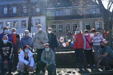 Frauen und Männer, die im Wohn- und Integrationszentrum in Scheibenberg leben, haben selbst gestalteten Osterschmuck am Marktbrunnen angebracht. Eine willkommene Abwechslung in einer Zeit, die angesichts der Corona-Pandemie mit vielen Einschränkungen verbunden ist.