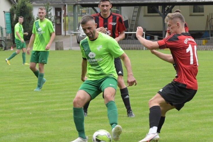 Umkämpft war die Partie am Samstag in Thalheim. Im Bild ein Duell zwischen Lok-Spieler Steven Melde (rechts) und dem Thalheimer Robert Nitzsche. Am Ende verlor Zwickau in der Verlängerung.