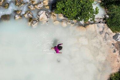 Im wahrsten Sinne über Stock und Stein und manchmal auch durch Wasser: Weitwanderin Christine Thürmer unterwegs.