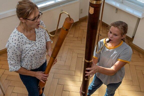 Fast zwei Meter misst die neue F-Bass-Blockflöte, die Carolina Helmbold (11) beim Fototermin im Kirchgemeindehaus schon mal ausprobieren durfte. Ihre Mutter Claudia Helmbold, die das Rodewischer Blockflöten-Consort leitet, musiziert auf einer deutlich kleineren C-Bass-Blockflöte.