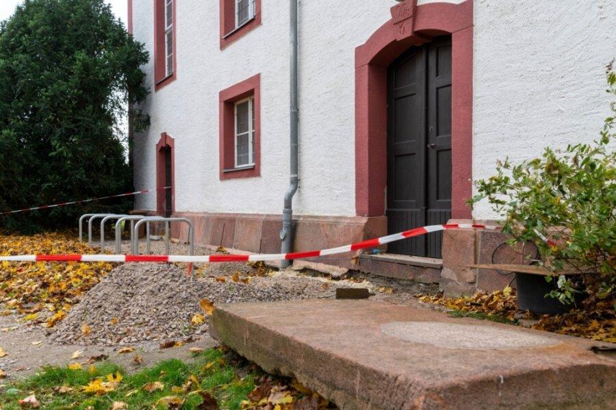 Die Ständer für zehn Fahrräder stehen schon, der Zugang ist aber noch nicht ganz fertig.