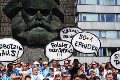 Mehrere hundert CFC-Fans haben sich am Sonntagnachmittag vor dem Karl-Marx-Monument versammelt. Insgesamt kamen laut Polizei etwa 1200 Fans zusammen.