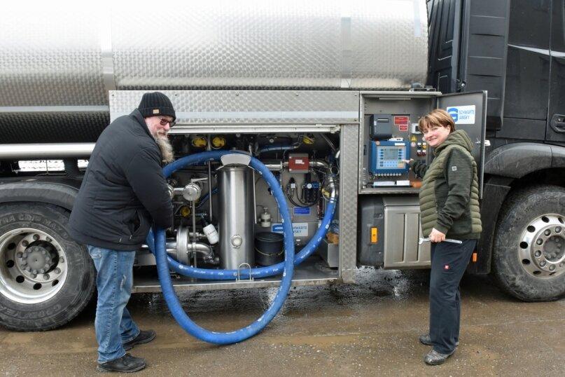 Marion und Rico Lützner (beide 49 Jahre) sind die Milchkutscher aus Beutha. Ihre Tankfahrzeuge sind mit Technik ausgerüstet, mit deren Hilfe sich die Qualität der Rohmilch schon beim Einfüllen bestimmen lässt.
