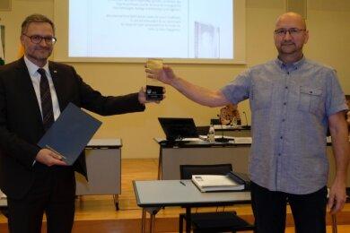 Ehrung mit Abstand: OB Raphael Kürzinger überreicht Frank Wirth (rechts) den Bürgerpreis der Stadt Reichenbach 2020.