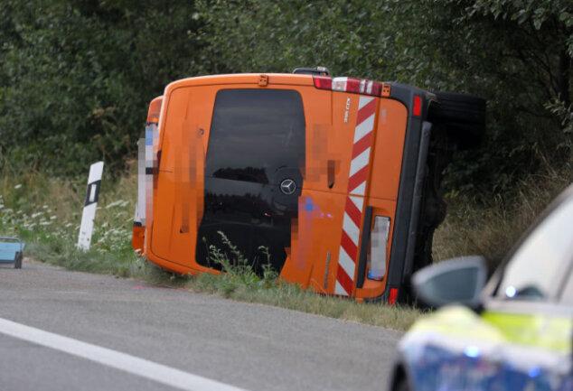 Der Fahrer des gestohlenen Transporters sprang aus dem Wagen, das führerlose Fahrzeug kollidierte mit einem Polizeiauto.
