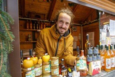 """Auch das gibt es: Nicht in der Innenstadt, sondern auf seinem Grundstück in Cunersdorf hat Philipp Förster, der eigentlich auf dem Weihnachtsmarkt das """"Honighäusel"""" betreibt, seine Bude aufgebaut."""