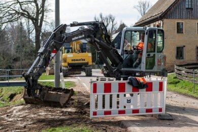 Ein Teil der Oberen Dorfstraße in Frankenau ist gesperrt. Hier bauen Mitarbeiter der Dietmar Mothes GmbH Chemnitz an der Gasleitung.