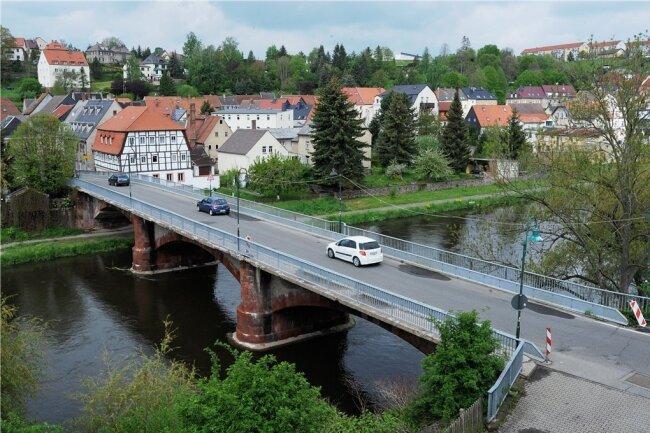 Die Muldenbrücke in Lunzenau ist seit fast zehn Jahren wegen Baufälligkeit nur noch einspurig befahrbar. Seit dieser Zeit kämpft die Stadt um die dringend notwendige Sanierung.