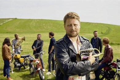 """Stefan Dettl und seine Gruppe La Brass Banda: Im Sommer 2013 waren sie die Vorband bei der Tournee der Ärzte. La Brass Banda treten grundsätzlich zwar in Lederhosen, aber barfuß auf. Ihr neues Album """"Danzn"""" ist ihr fünftes."""