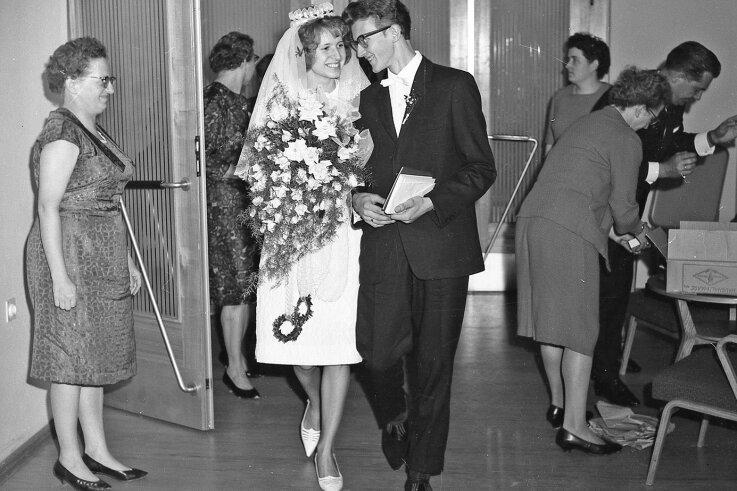 Helga und Helmut Schneider lernten sich im Halbmond-Teppichwerk kennen. Sie heirateten im Mai 1965 und feierten im Klubhaus des Betriebes ihre Hochzeit.