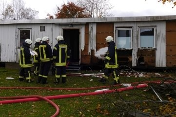 Die Feuerwehr löschte den Brand am Sportlerheim Sayda.