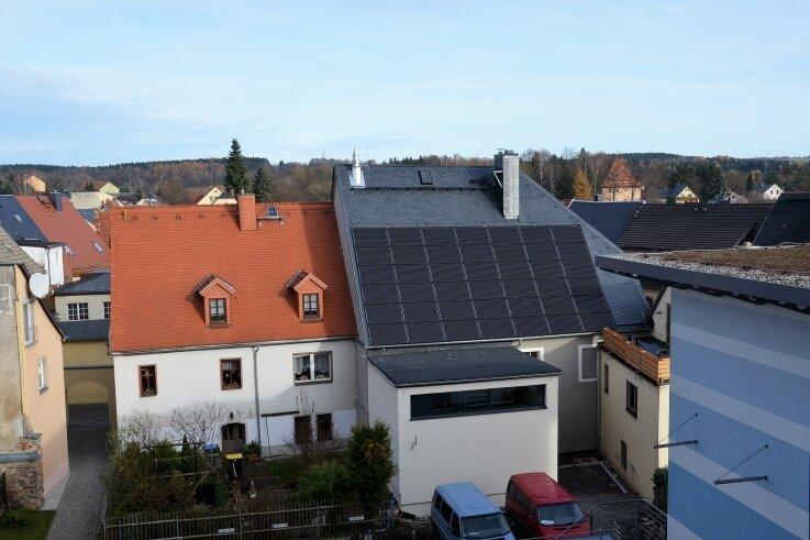 2016 hat die Stadt Oederan ein ehemaliges Wohnhaus saniert und zu einer Nahwärmeinsel für 15 Gebäude und das Rathaus umgebaut.