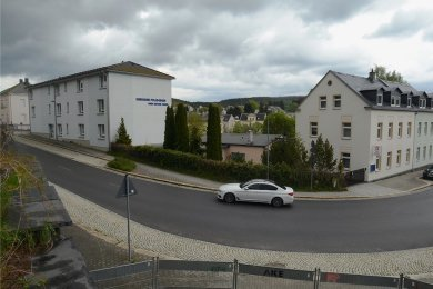 """Der Schriftzug """"Seniorenpflegeheim Anne-Katrin Frank"""" ist noch zu lesen, doch das Haus steht längst leer. Auch das Gebäude rechts im Bild wurde von den Heimbetreibern genutzt. Foto: Joachim Thoß"""