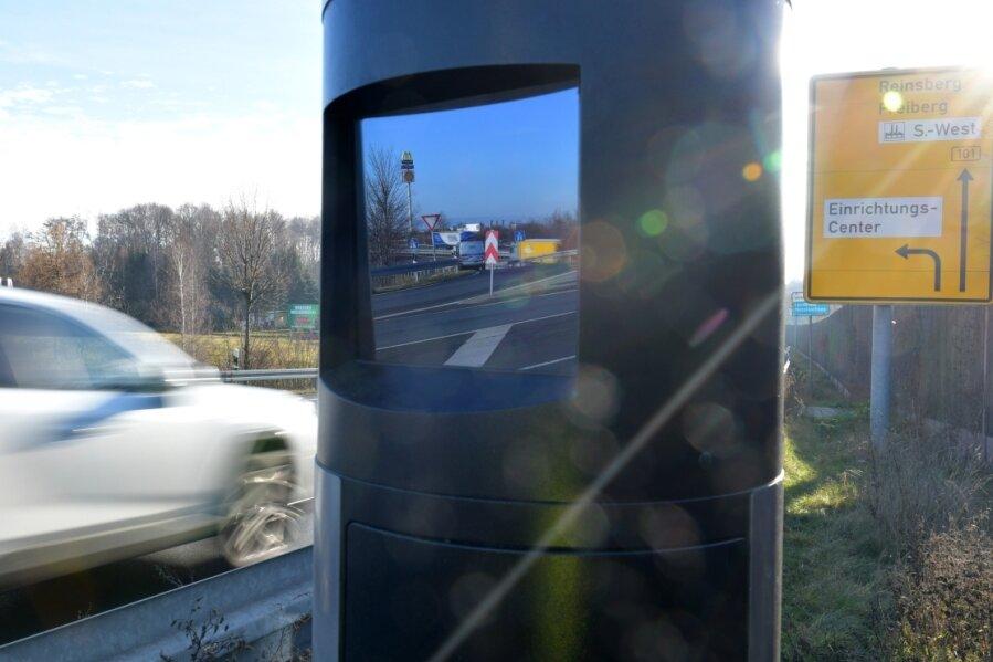 Die Radarfalle auf der B 101 in Höhe der Autobahnanschlussstelle Siebenlehn hat von März bis Juli dieses Jahres monatlich zwischen 1520 und 3090 Temposünder ertappt.