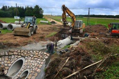 Der Bau des Regenrückhaltebeckens im Gewerbegebiet Dittersbach kommt voran. Der Auslauf wird an den Lützelbach unmittelbar an der B 169 angebunden.